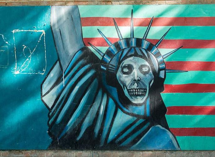 Uno dei celebri graffiti sul muro dell'ambasciata Usa a Teheran