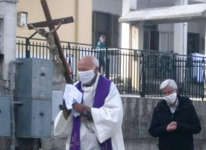 Con il parroco c'era solo un aiutante, a distanza