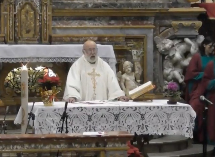 Don Fredo durante la messa di Natale