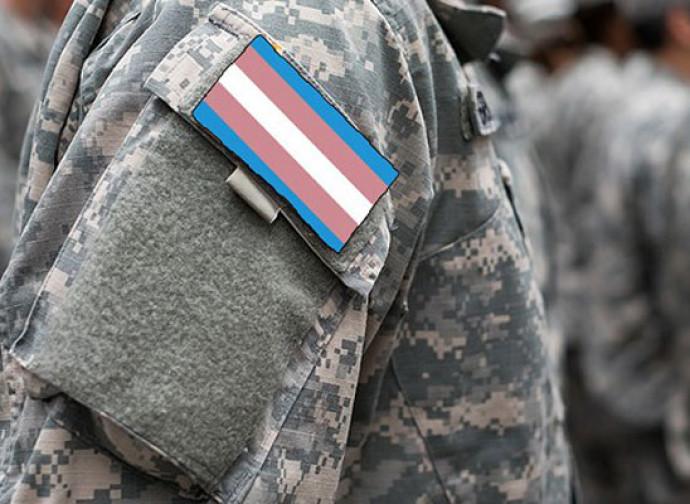 Militare con i colori dei trans