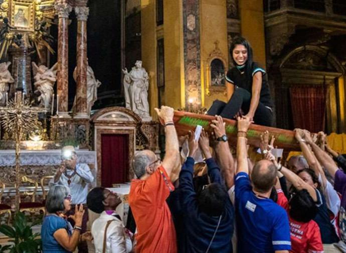 "Una ""Pachamama"" in carne ed ossa portata in trionfo (Foto @Aci Prensa)"