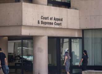 Giudice vieta amputazione seni ad una 17enne