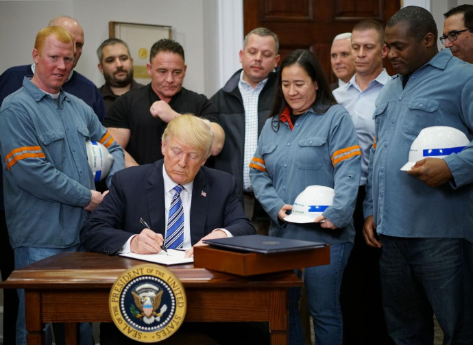 Trump firma il decreto con le nuove tariffe assieme ai lavoratori dell'acciaio
