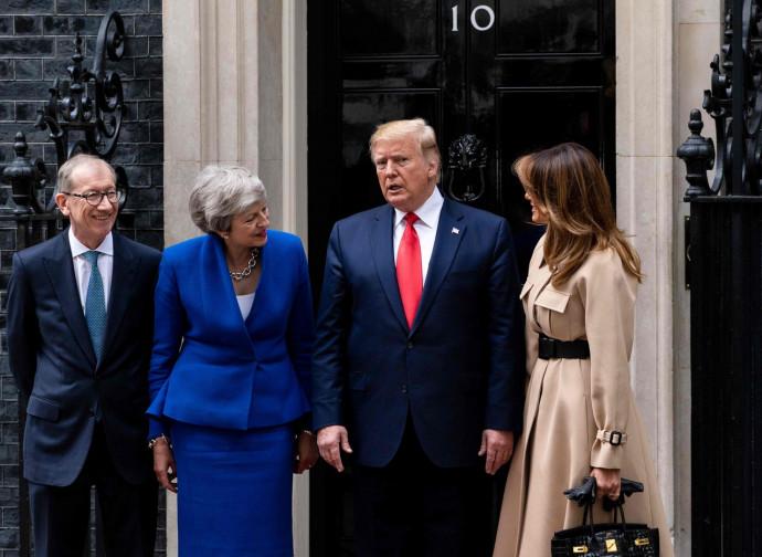 Theresa May e Donald Trump, con i rispettivi consorti
