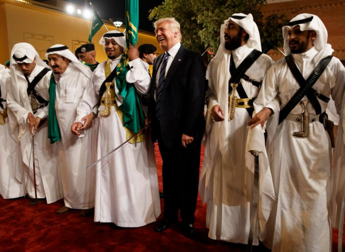 Trump e la danza tradizionale delle sciabole a Riad