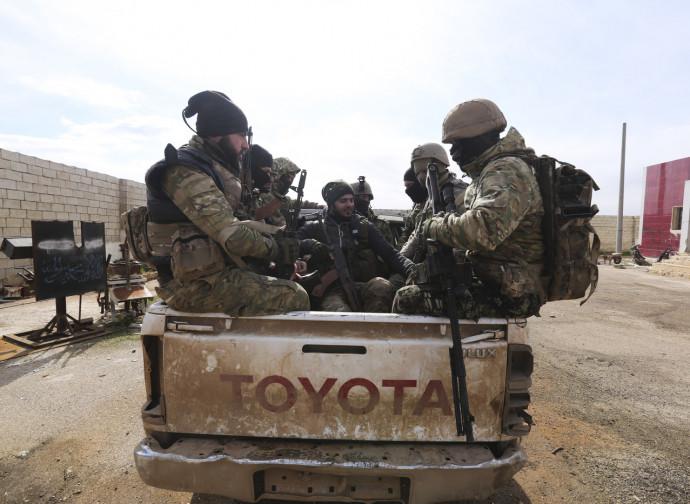Idlib, miliziani siriani armati dai turchi