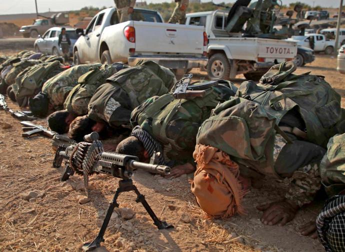 Siria, miliziani filo-turchi in preghiera