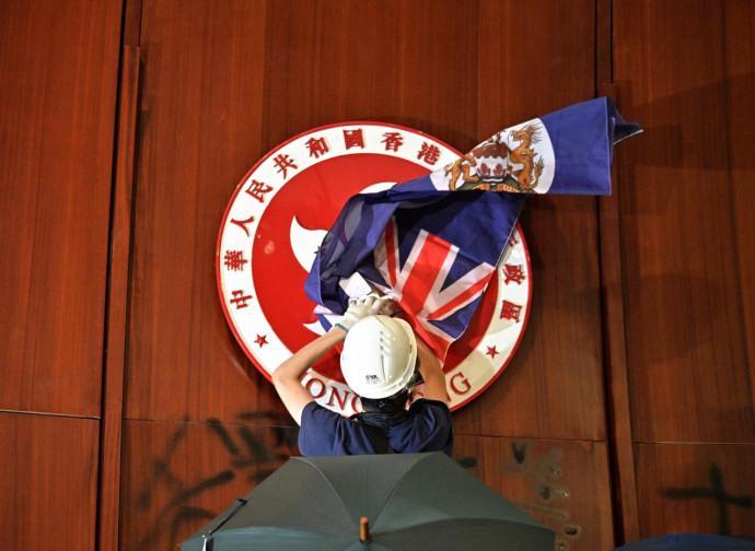 La bandiera britannica appesa nel parlamento di Hong Kong