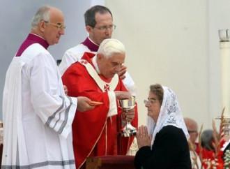 Comunione in bocca, strada aperta da Benedetto XVI