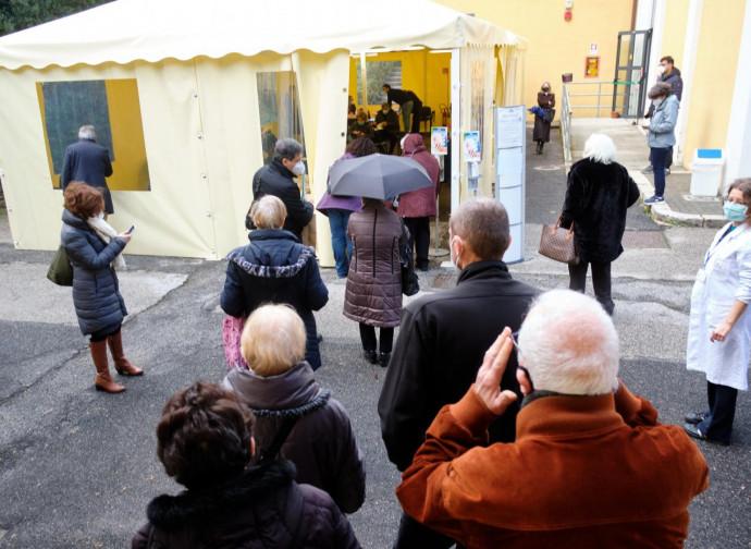 Over 80 in fila per la vaccinazione allo Spallanzani