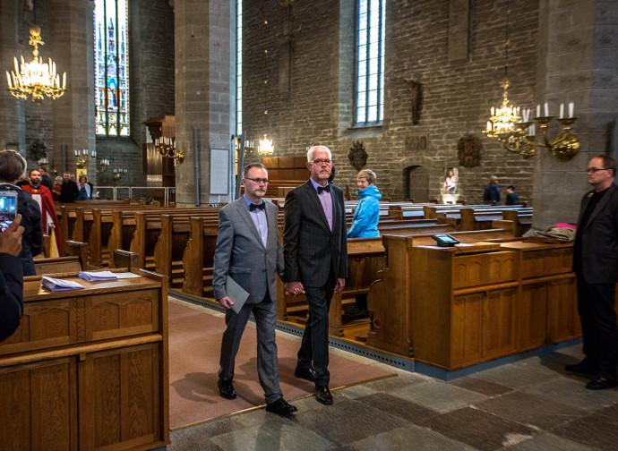L'ingresso in chiesa dei due sposi (fotoservizio Daniele Calesisi)