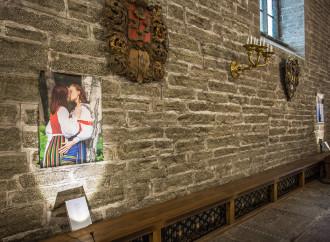 Una mostra lesbo sulla parete sinistra della chiesa (fotoservizio Daniele Calesisi)