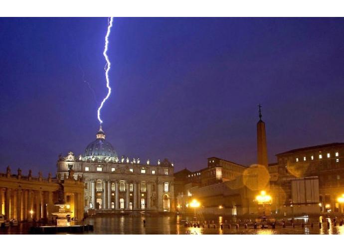 11 febbraio: fulmine sul Vaticano