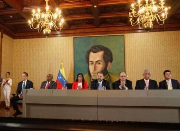 Un momento della cerimonia per la firma dell'accordo farsa