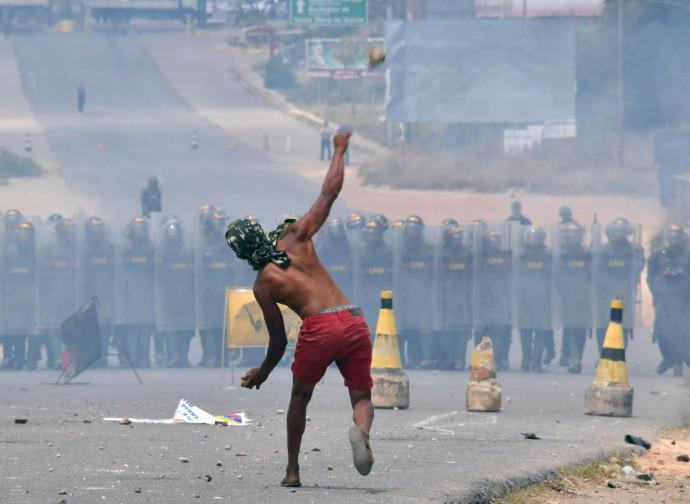 Venezuela, scontri al confine con la Colombia
