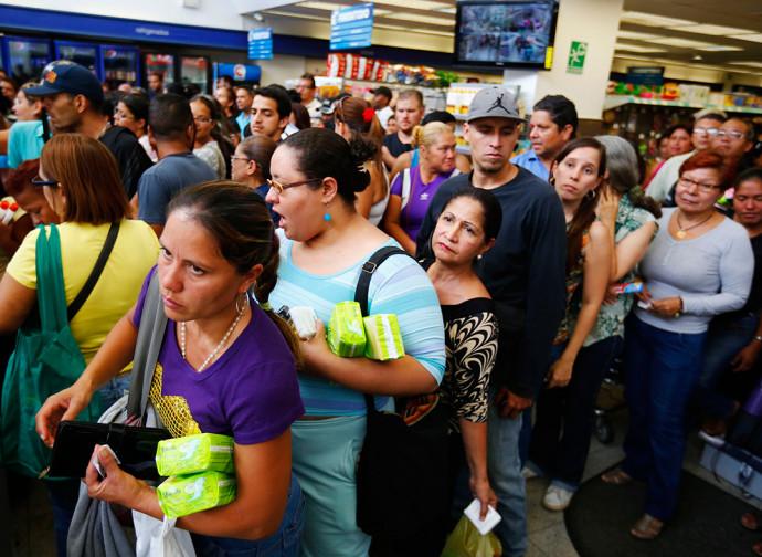 Venezuela, donne in coda al mercato