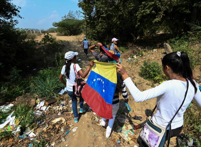 Marcia di attivisti al confine fra Colombia e Venezuela