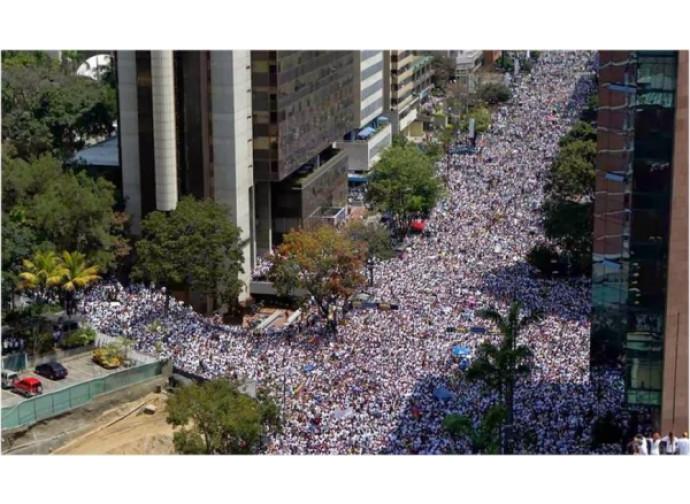Venezuela, folla in piazza