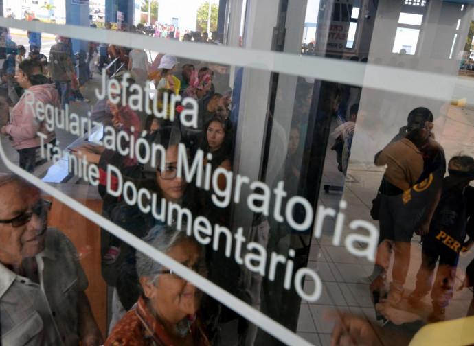 Venezuelani in coda per entrare in Perù