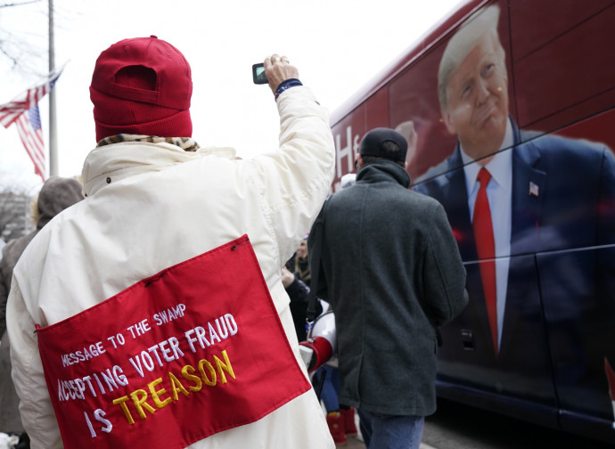 """Manifestanti a Washington (""""Accettare un voto fraudolento è tradimento"""")"""