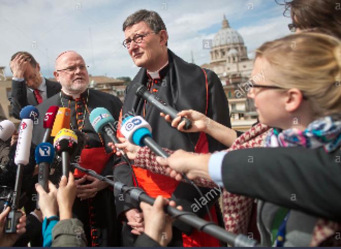 Il cardinale Woelki e (sullo sfondo) il cardinale Marx