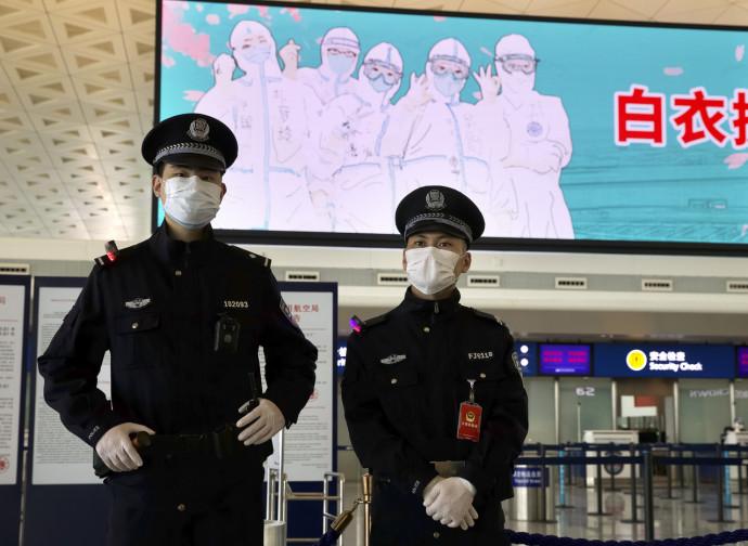 Polizia all'aeroporto di Wuhan