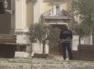 La polizia presidia le chiese, ma i preti riscoprono i voti