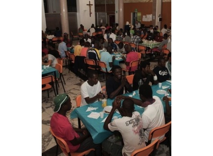 Una mensa della Caritas per gli immigrati