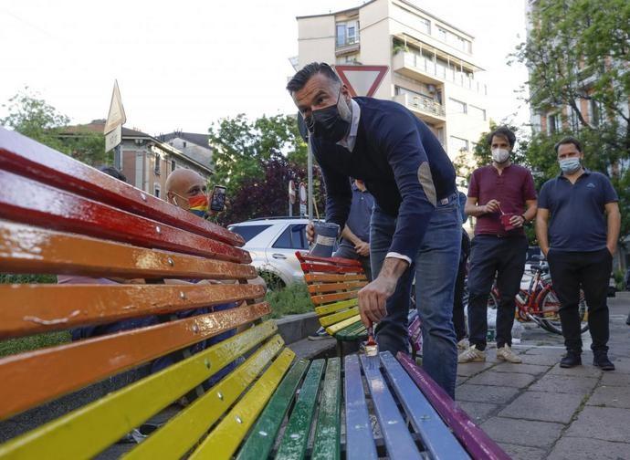 L'on. Zan dipinge panchine arcobaleno a Milano