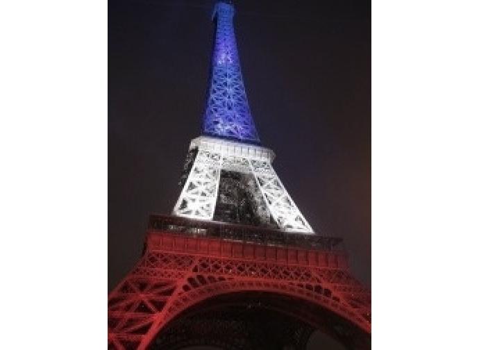 La Torre Eiffel illuminata con i colori francesi